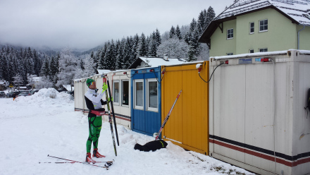 Waxing skis